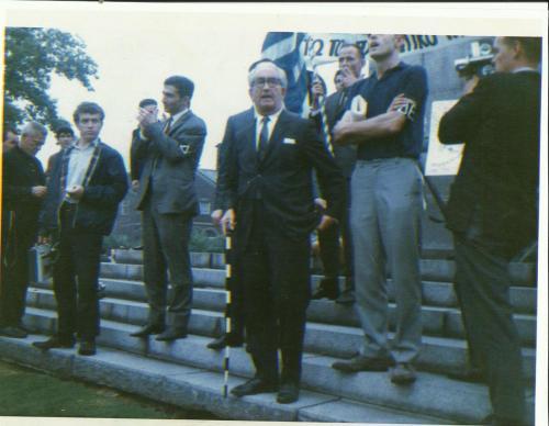 Ο ραβίνος Feinberg στη διαδήλωση Κατά Κωνσταντίνου
